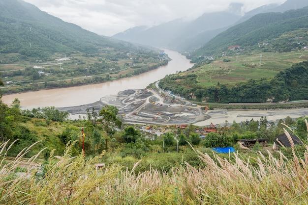 Ein bild von einem fluss in lijiang, china
