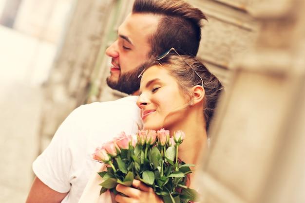 Ein bild von einem jungen romantischen paar, das romantische zeit in der stadt verbringt