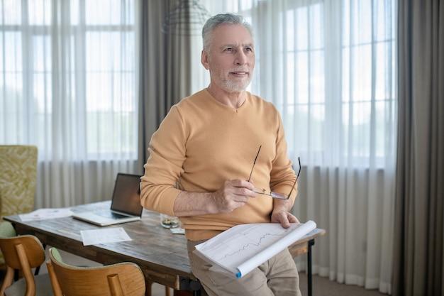 Ein bild von einem mann mit projektpapieren in den händen