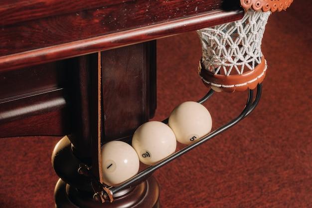 Ein billardtisch mit bällen, die bereits im poolclub gespielt wurden
