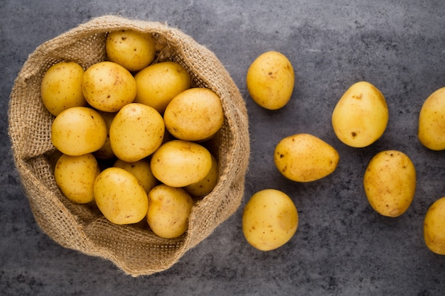Ein bio rostroter kartoffelholzjahrgang.