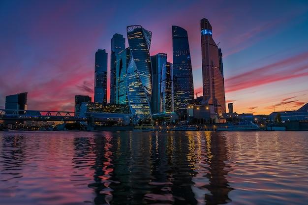 Ein blick auf das moscow international business center - moskau-stadt bei nacht