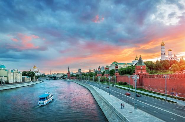 Ein blick auf den moskauer kreml mit einem rosa abendsonnenuntergang