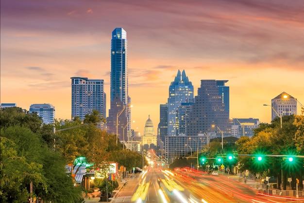 Ein blick auf die skyline von austin, texas in der dämmerung