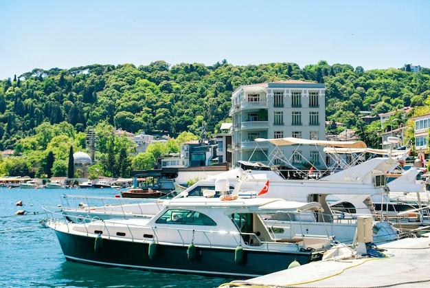 Ein blick auf die türkische natur, die boote und den bosporus von einem damm im istanbuler stadtteil arnavutky. türkisches san francisco.