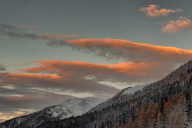 Ein blick auf schneebedeckte berge unter bewölktem himmel