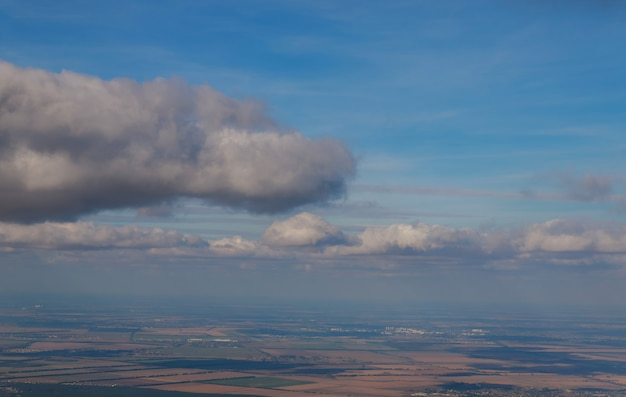 Ein blick aus dem fenster des flugzeugs in großer höhe
