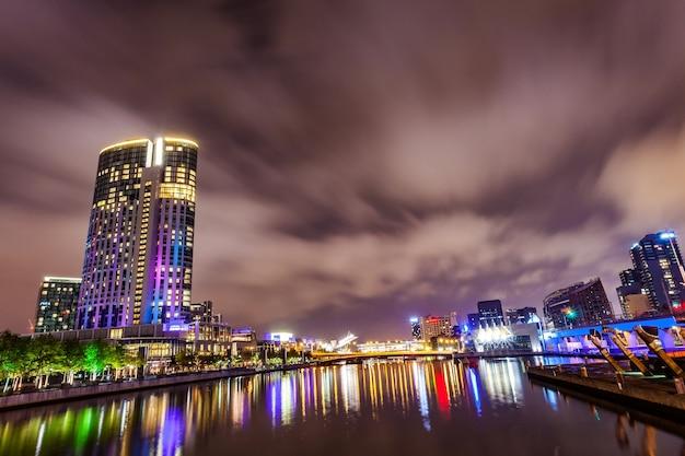 Ein blick über den yarra river am wahrzeichen von melbourne downtown während der stadt ni