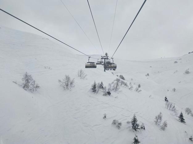 Ein blick vom berg auf die kabine des skilifts
