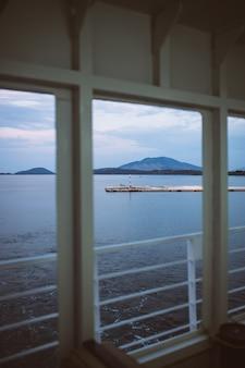 Ein blick von einem deck eines großen kreuzfahrtschiffes