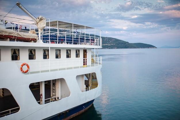 Ein blick von einem deck eines großen schiffes