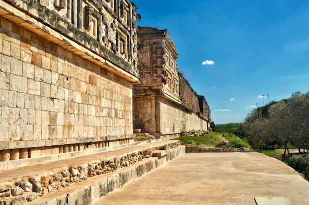 Ein blick von maya-ruinen in merida, yucatan, mexiko. maya-tempel mit vielen säulen. der gouverneurspalast in der alten maya-stadt uxmal, merida, mexiko.