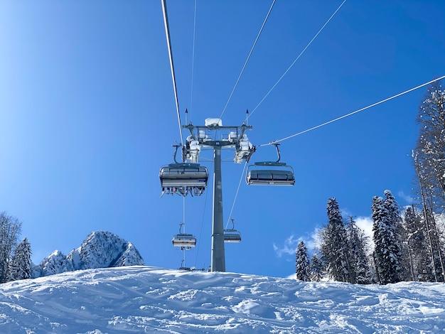 Ein blick von oben auf die skilifte des skilifts in den bergen
