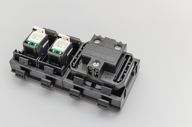 Ein block von steckdosen und eine netzsteckdose auf grauem hintergrund. elektriker zu hause. nahansicht. voller fokus. platz kopieren.