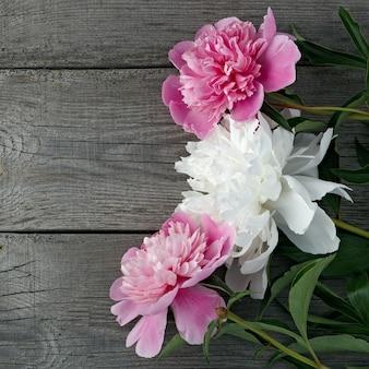 Ein blumenstrauß aus rosa und weiß blühenden pfingstrosenblüten