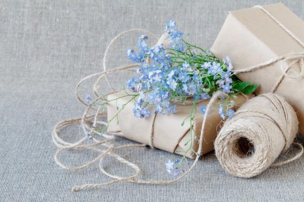 Ein blumenstrauß vergissmeinnicht mit geschenk