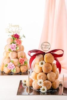 Ein bombolone oder bomboloni ist ein mit italien gefüllter donut und wird als snack und dessert gegessen