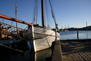 Ein boot durch den hafen
