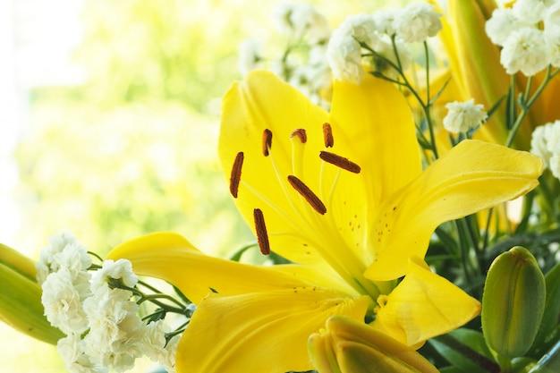 Ein bouquet von gelben lilien und weißer gypsophilie. prostrnost zum kopieren.