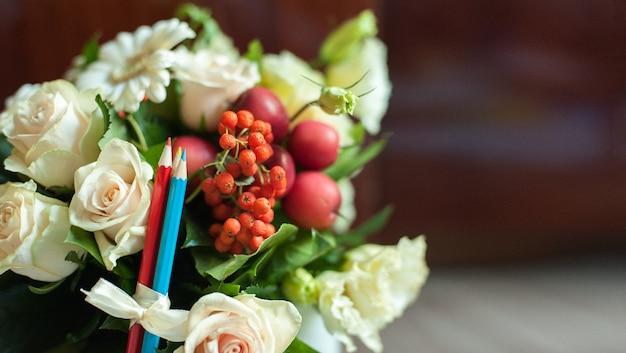 Ein bouquet von gelben, roten und grünen chrysanthemen.