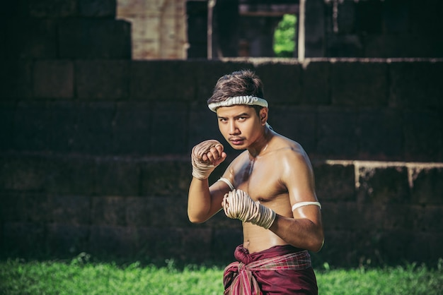 Ein boxer band ein seil in seine hand und führte einen kampf durch, die kampfkünste von muay thai.
