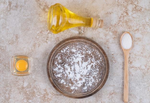 Ein brauner mehlteller und eine glasschale milch