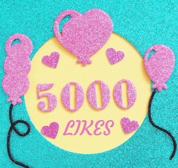 Ein brillantes banner für die veröffentlichung von über 5000 likes mit ballons und herzen in einem sozialen netzwerk.