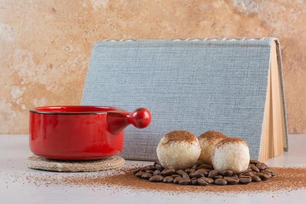Ein buch mit aromatischer tasse kaffee auf weißem hintergrund. foto in hoher qualität