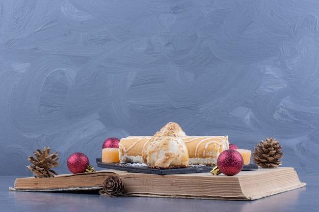 Ein buch mit keksen und weihnachtskugeln