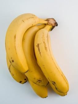 Ein bündel bananen auf weißem hintergrund