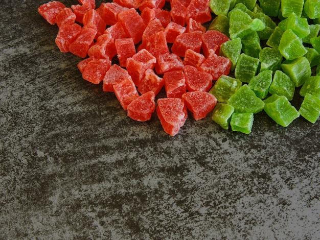Ein bündel grüner und roter kandierter früchte.