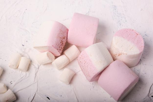 Ein bündel marshmallows auf weißem hintergrund, weiche bonbons mit natürlichem saft