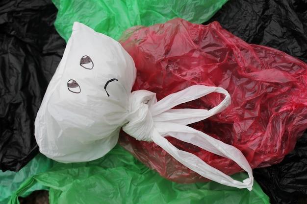 Ein bündel mehrfarbiger einweg-plastiktüten, die die umwelt verschmutzen