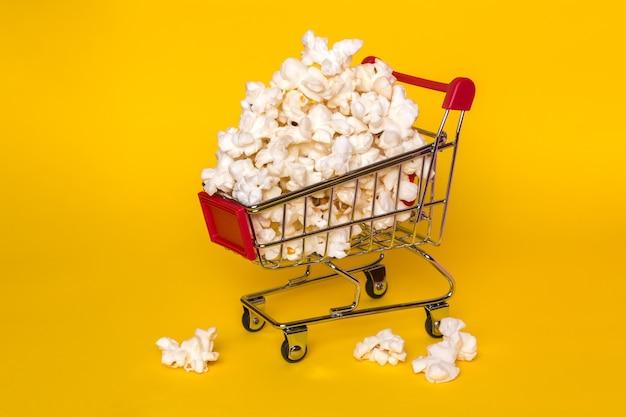 Ein bündel popcorn auf gelbem grund