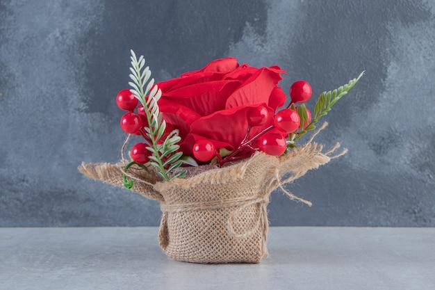 Ein bündel roter rose auf dem weißen tisch.