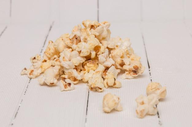 Ein bündel süßes und leckeres popcorn