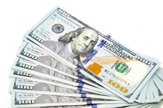 Ein bündel von hundert dollarnoten, die wie ein fächer ausgelegt waren