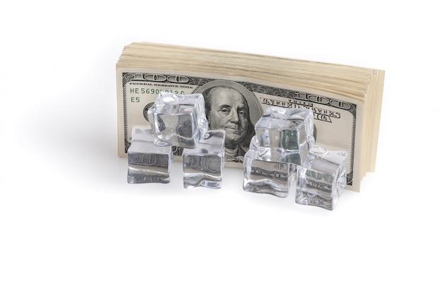 Ein bündel von milliarden us-dollar eiswürfeln. das konzept des einfrierens von vermögenswerten.