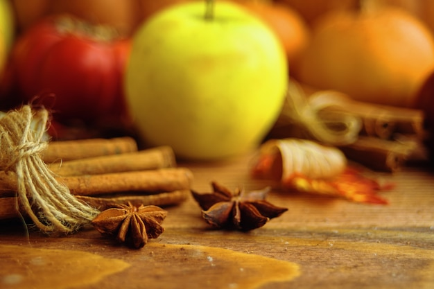 Ein bund kürbisse und äpfel.