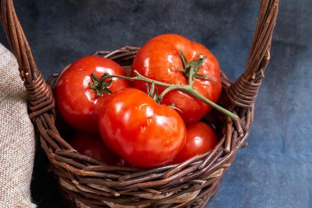 Ein bund tomaten in einem weidenkorb