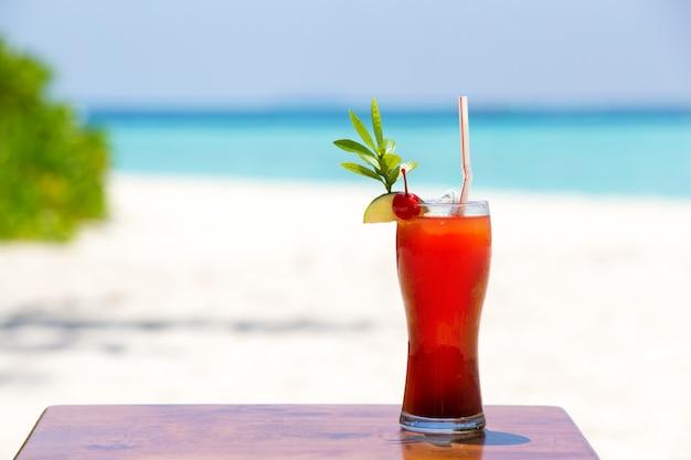 Ein bunter cocktail am strand einer insel, malediven