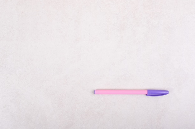 Ein bunter markierungsstift auf weißem hintergrund