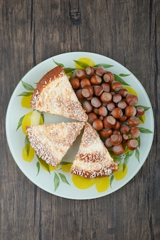 Ein bunter teller mit köstlichen kuchenstücken und edelkastanien.