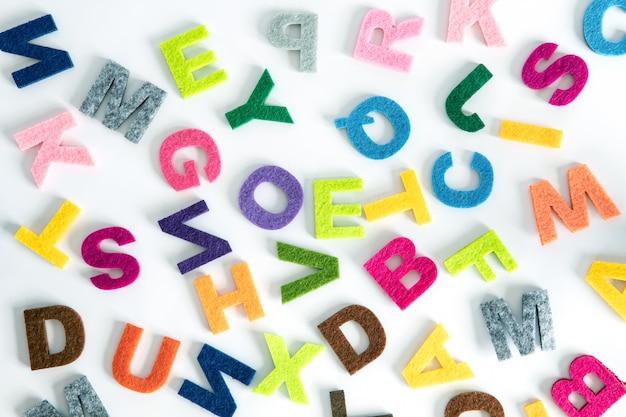 Ein buntes englisches alphabet auf weißem hintergrund