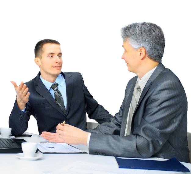 Ein business-team, das im büro sitzt und die arbeit plant
