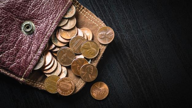 Ein-cent-münzen streuen vom geldbeutel