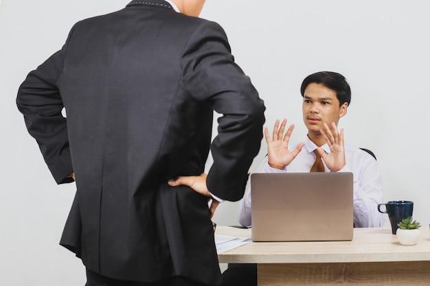 Ein chef schimpft mit seinen mitarbeitern