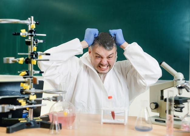Ein chemiker im labor ist mit dem ergebnis seines experiments unzufrieden. echte emotionen. nahansicht