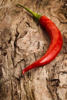 Ein chili-pfeffer auf altem holz
