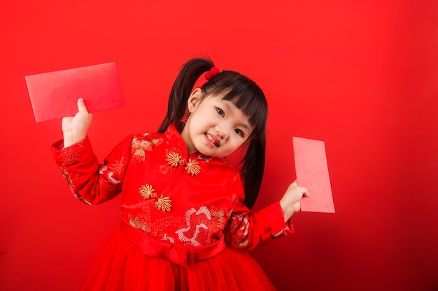 Ein chinesisches mädchen feiert das chinesische neujahr mit einem roten umschlag